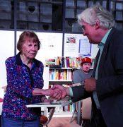 Gerda Schilling erhält die goldene Ehrennadel