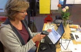 Frau scannt Kundenpass