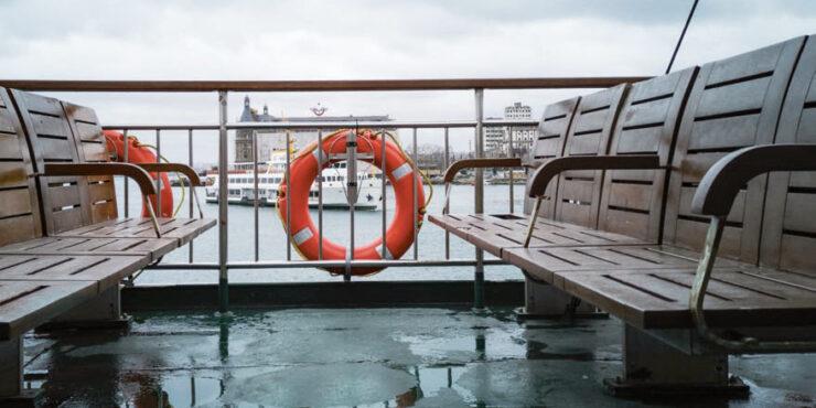 Die Reling auf einem Schiff mit einem Rettungsring