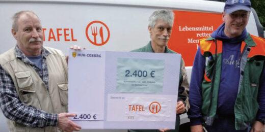 Mitarbeiter der HUK Coburg übergeben den Spendenscheck an die Tafel Kiel