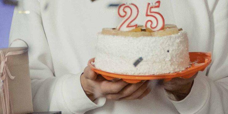 Torte mit einer 25 als Kerze