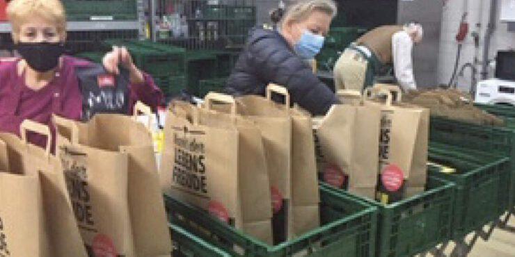 Frauen packen Lebensmitteltüten